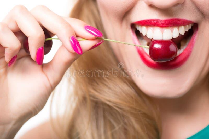 Rode lippen met kers stock fotografie