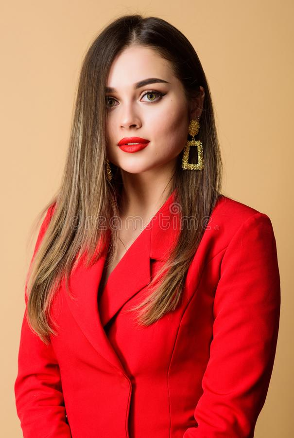 Rode lippen mijn beste toebehoren Meisjes zeker bedrijfsdame formeel rood jasje Schitterend en modieus Onberispelijke make-up en royalty-vrije stock foto's