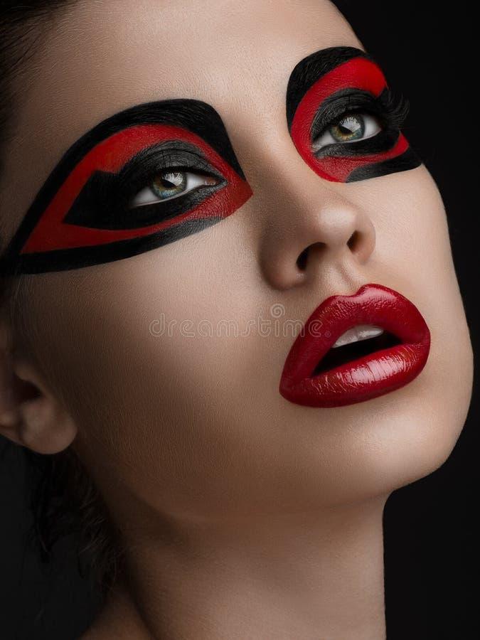 Rode lippen Zwarte make-up op de ogen van de Schoonheid van maskervrouwen royalty-vrije stock afbeelding