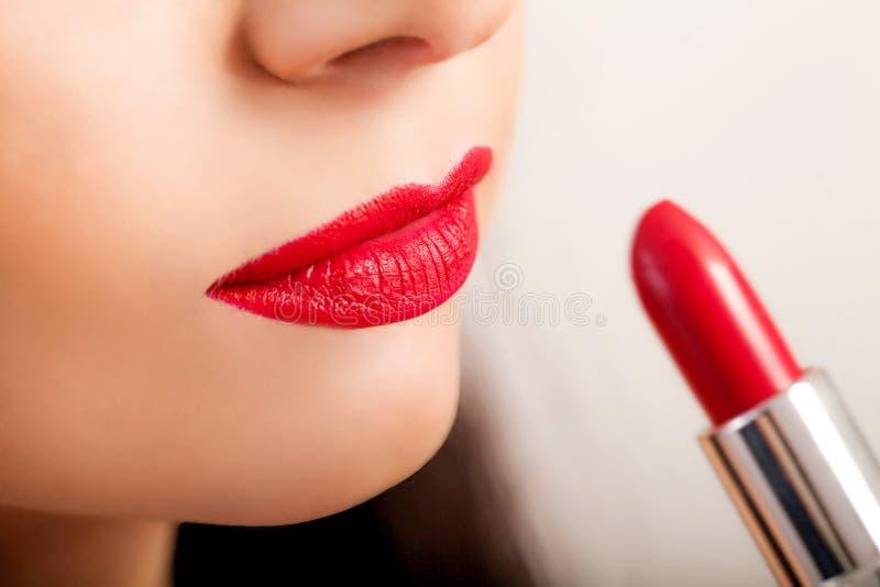 Rode lippenstift Close-up van Vrouwengezicht met Helder Rood Matte Lipstick On Full Lips Schoonheidsschoonheidsmiddelen, Make-upc stock afbeeldingen