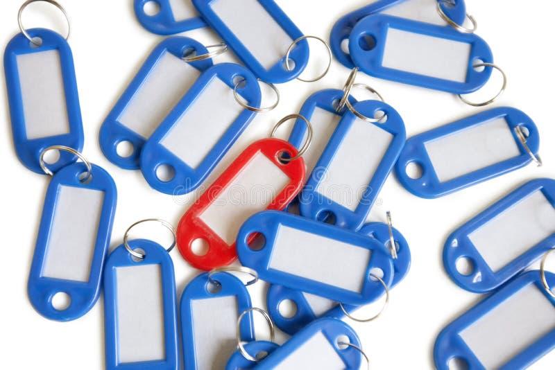 Rode markeringsring met blauwe sleutelringen over gekleurde achtergrond royalty-vrije stock foto