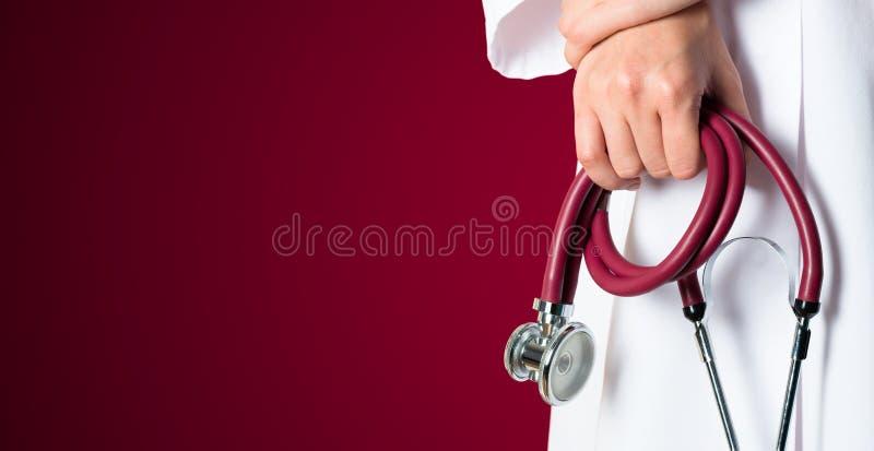 Rode medische achtergrond met verpleegster stock foto's
