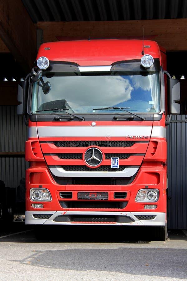 Rode Mercedes-Benz Actros Truck royalty-vrije stock foto's