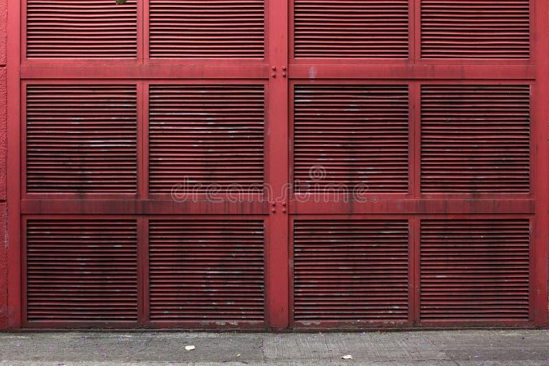 Rode metaalmuur of de muur van de luchtschacht van een gebouw royalty-vrije stock foto's