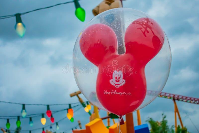 Rode Mickey Mouse-ballons en kleurrijke lichten in Hollywood-Studio's bij Walt Disney World-gebied stock afbeelding