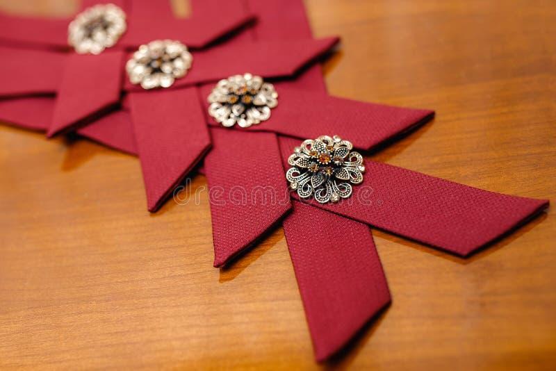 Rode modieuze toebehoren voor groomsmen ath het huwelijk stock afbeelding