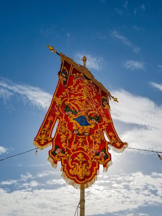 Rode mooie vlag voor jaarlijkse festa dichtbij kerk stock foto