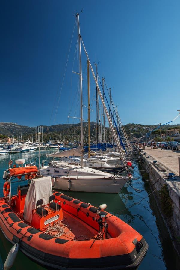 Rode motorboot bij jachthaven Majorca stock afbeelding
