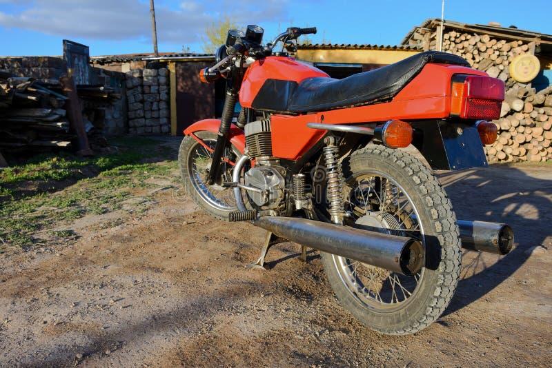Rode motorfietstribunes op de lege weg royalty-vrije stock foto