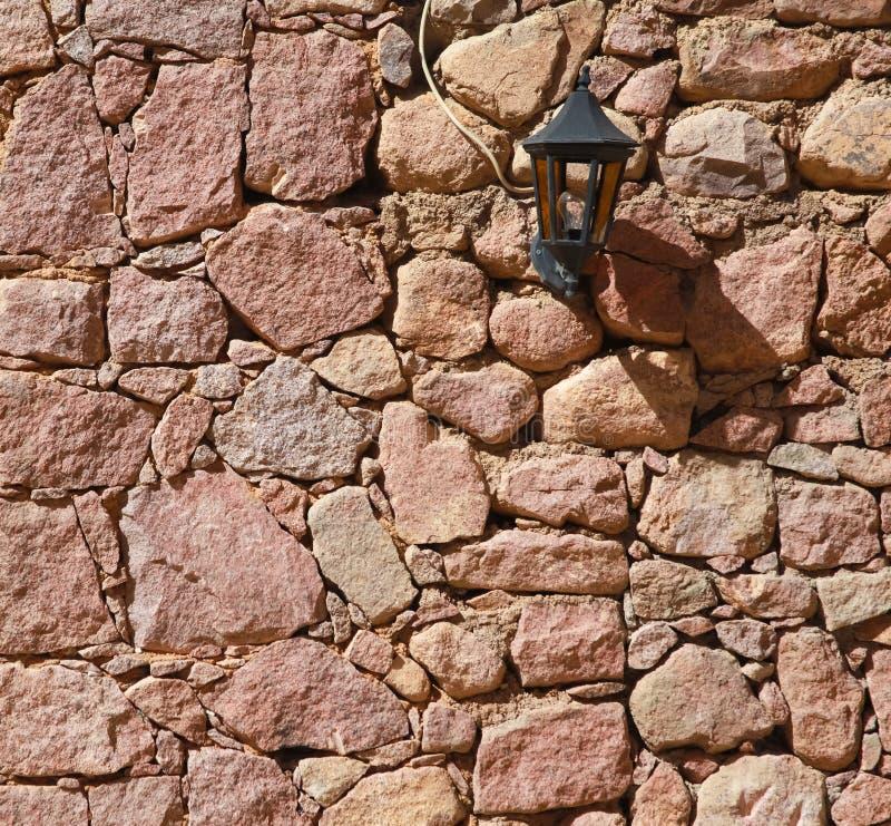 Rode muur met lamp royalty-vrije stock foto's