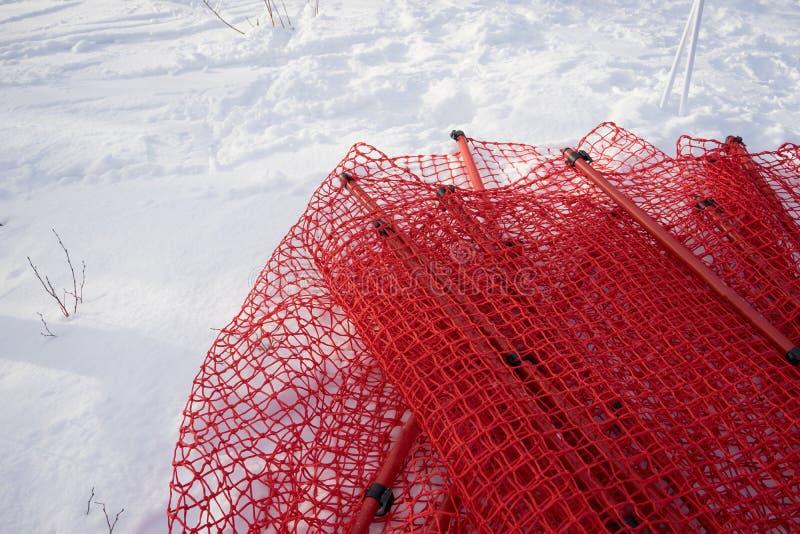 Rode netto hindernis die op de sneeuw leggen royalty-vrije stock afbeelding