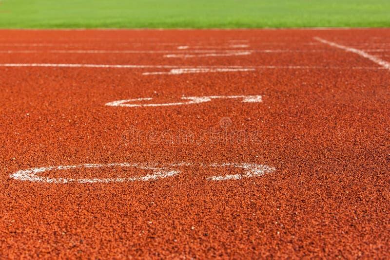 Rode noteringen op de renbaan bij het stadion stock fotografie
