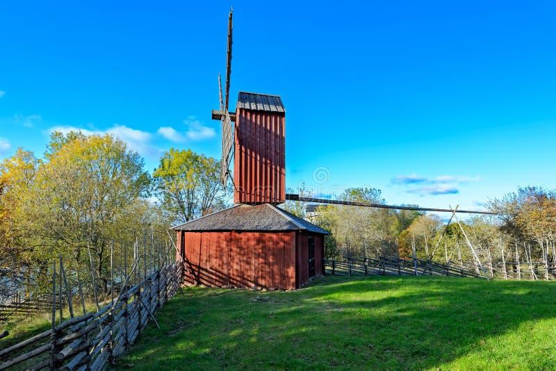 Rode okerkleuren houten windmolen stock afbeelding
