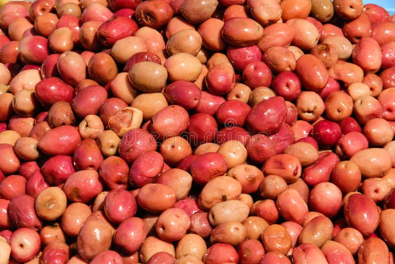 Rode olijven voor verkoop bij markt Skoura marokko stock foto's