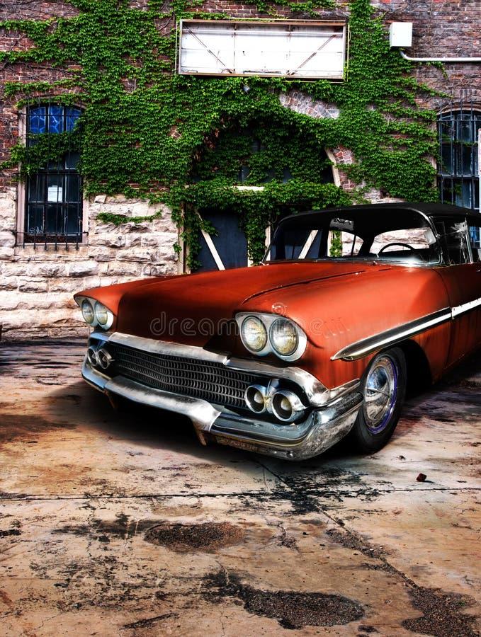 Rode oranje klassieke uitstekende auto royalty-vrije stock afbeelding