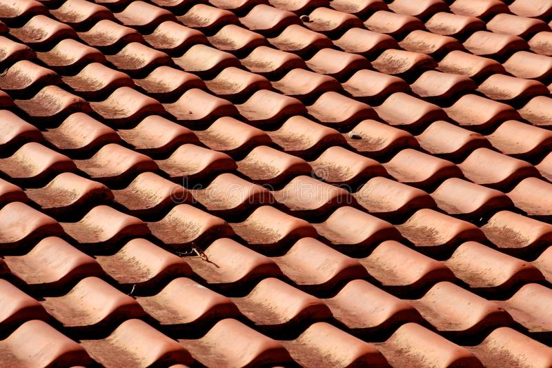Rode oranje kleitegels op het dakpatroon stock foto's