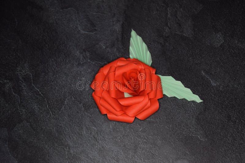 Rode Origami Rose Blossom - Document Kunst op Geweven Achtergrond stock afbeelding