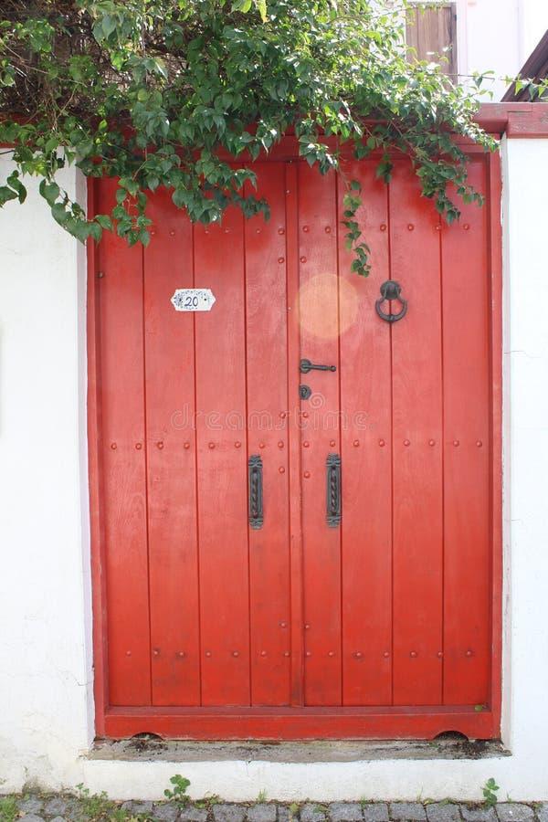 Rode oude deur van Seferihisar, Izmir, Turkije royalty-vrije stock foto's