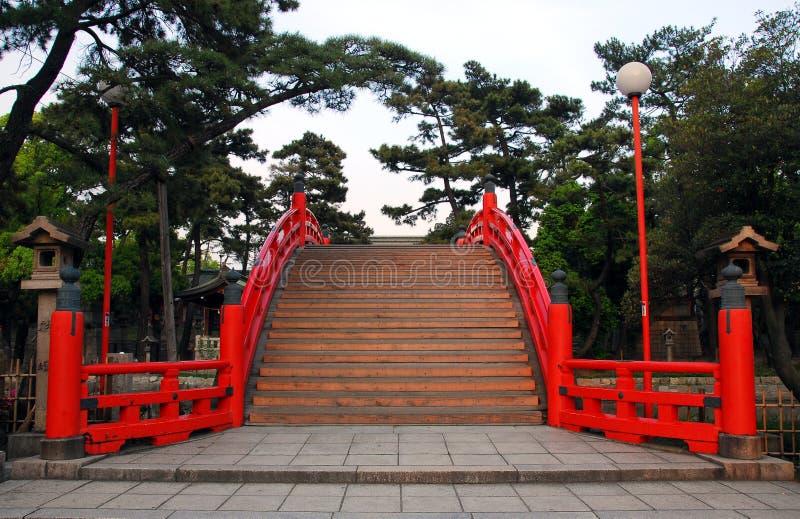 Rode overspannen brug stock afbeeldingen