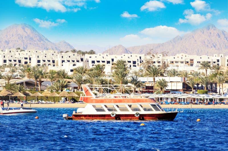 Rode Overzeese kustlijn in Sharm el Sheikh, Egypte, Sinai Blauwe hemel met wolken bij zonnige dag stock afbeelding