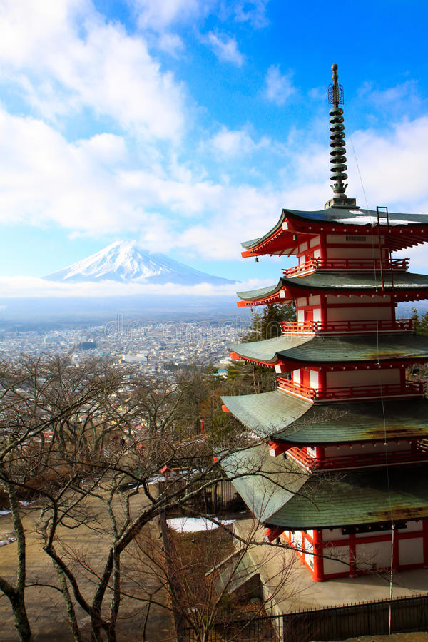 Rode pagode met fujiyamaberg royalty-vrije stock fotografie