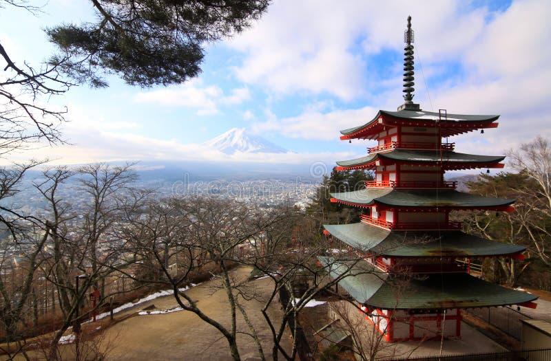Rode pagode met fujiyamaberg royalty-vrije stock afbeelding