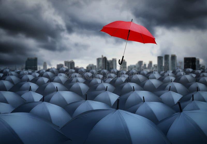 Rode paraplu opmerkelijk van anderen stock afbeelding