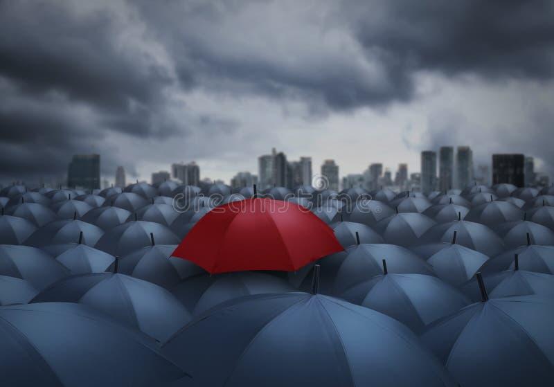 Rode paraplu opmerkelijk van anderen stock afbeeldingen