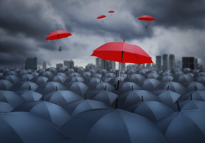 Rode paraplu opmerkelijk van anderen royalty-vrije stock foto's