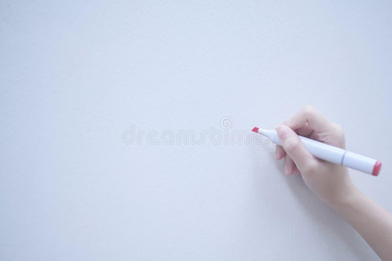 Rode pen en menselijke hand op exemplaarruimte whiteboard stock fotografie