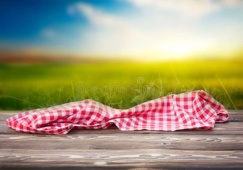Rode picknickdoek op de houten achtergrond van lijst rijpe bokeh royalty-vrije stock foto's