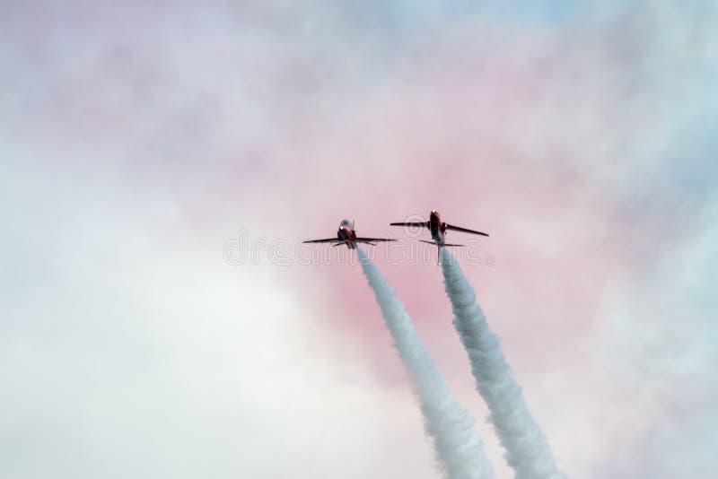 Rode Pijl straal vliegende bovenkant - neer stock foto