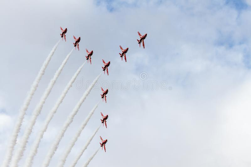 Rode Pijlen die de zwaanvorming vliegen royalty-vrije stock foto's