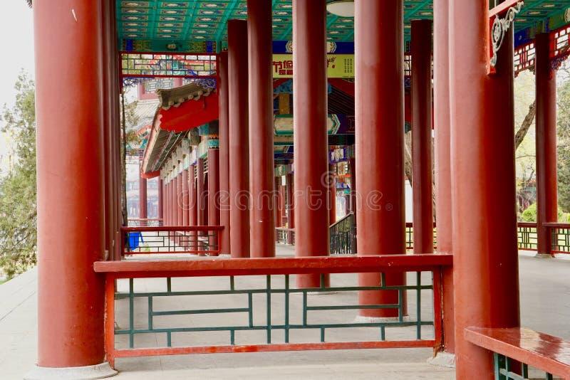 Rode pijler bij Tianjin-waterpark stock afbeelding