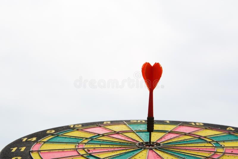 Rode pijltjepijl op centrum van dartboard royalty-vrije stock foto