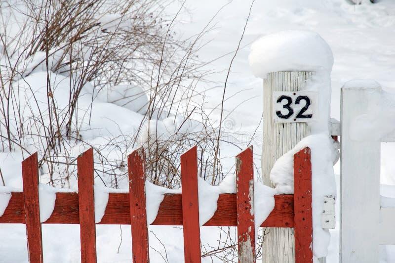 Rode piketomheining covere met sneeuw royalty-vrije stock foto