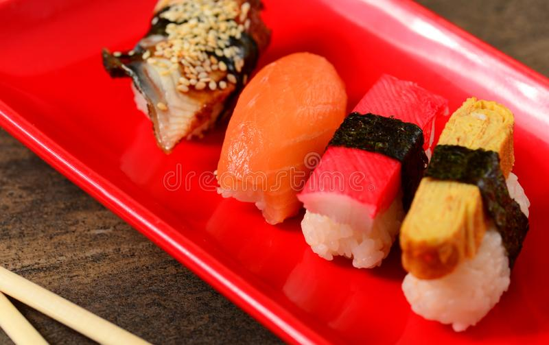 Rode plaat met yummy sushi royalty-vrije stock foto