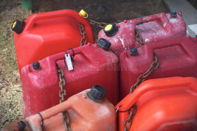 Rode plastic brandbare vloeibare de benzinebenzine van brandstofcontainers royalty-vrije stock foto's