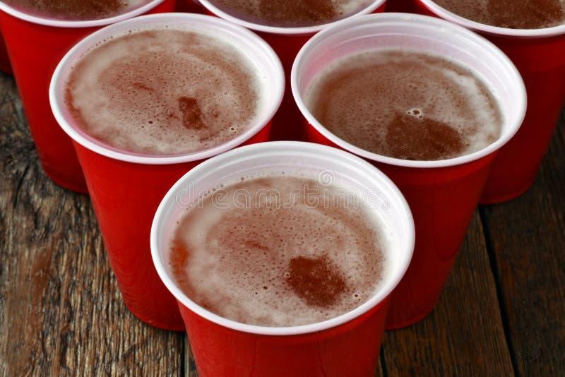 Download Rode Plastic Die Het Drinken Koppen Met Bier Worden Gevuld Stock Foto - Afbeelding bestaande uit drank, gevoerd: 107708226
