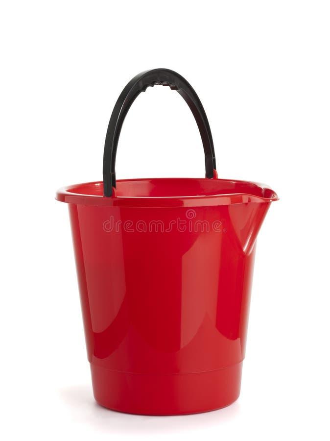 Rode plastic geïsoleerdew emmer royalty-vrije stock afbeelding