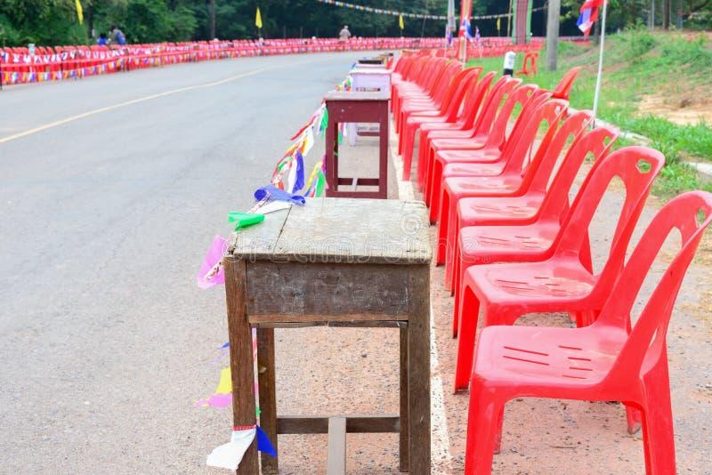Rode plastic stoelen royalty-vrije stock foto's