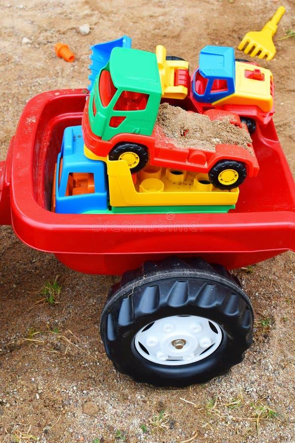 Rode plastic stuk speelgoed tractoraanhangwagen royalty-vrije stock foto's