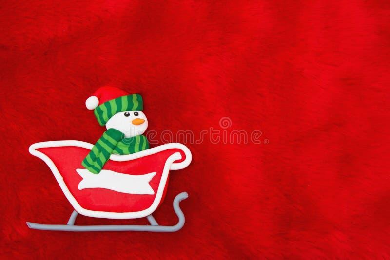 Rode Pluchebont en Sneeuwman in Santa Sleigh Christmas Background stock fotografie