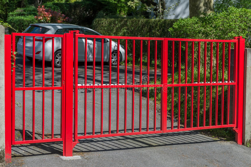 Rode poort bij de ingang aan het huis royalty-vrije stock fotografie