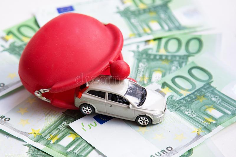 Rode portefeuille, stuk speelgoed auto op euro royalty-vrije stock foto