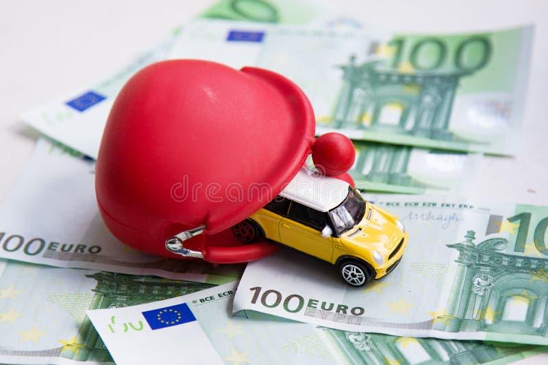 Rode portefeuille, stuk speelgoed auto op euro royalty-vrije stock afbeelding