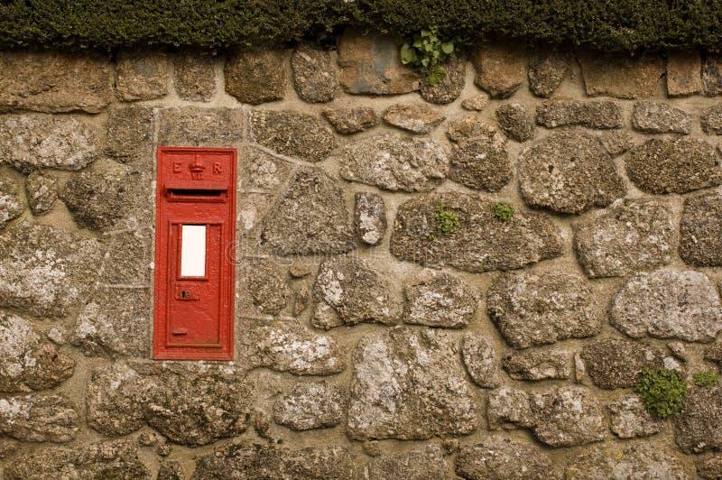 Rode Postbox in de Engelse Muur van het Dorp royalty-vrije stock fotografie