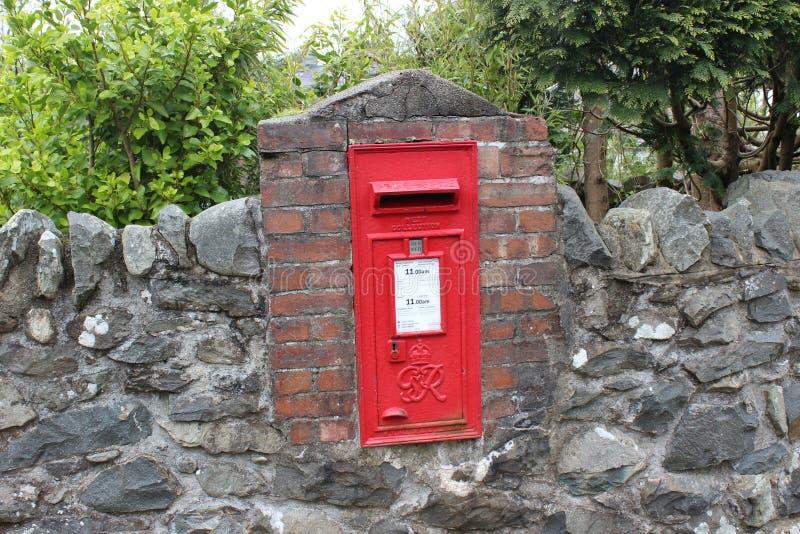 Rode postbus in diep van bos van Snowdonia stock foto