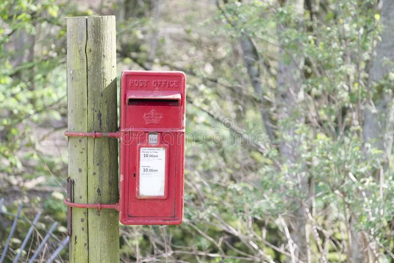 Rode postbus in Schotse landelijke plaats in platteland door Loch Tay royalty-vrije stock afbeelding