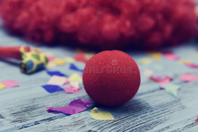 Rode pruik en rode clownneus royalty-vrije stock foto's
